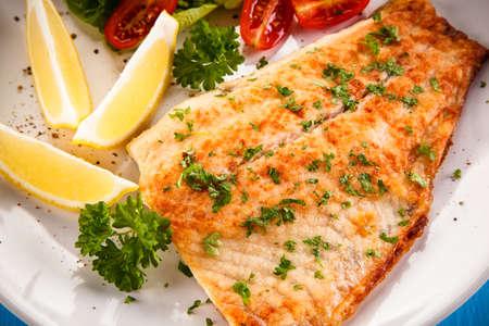 plato de pescado: Plato de pescado - bacalao asado