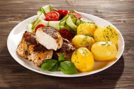 pollo a la brasa: filete de pollo a la parrilla con patatas cocidas