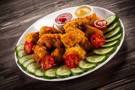 nuggets pollo: Fried chicken nuggets