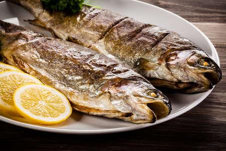 plato de pescado: arenque frito - plato de pescado Foto de archivo