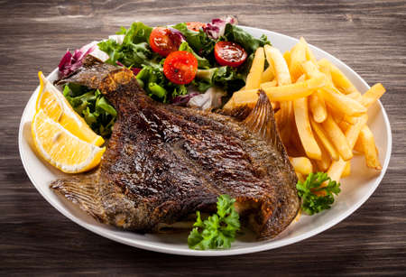plato de pescado: fritos platija - plato de pescado Foto de archivo