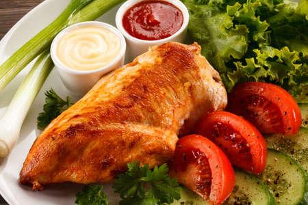 pollo a la brasa: Pechuga de pollo a la parrilla Foto de archivo