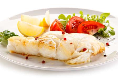 Plato de pescado - filete de pescado y verduras Foto de archivo - 87512391