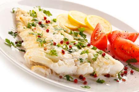 Plato de pescados - frito filete de pescado y verduras Foto de archivo