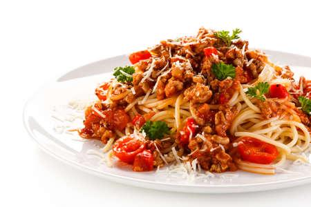 spaghetti boloñesa sobre fondo blanco