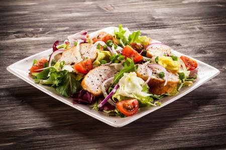 焼き鶏のストリップを野菜サラダ
