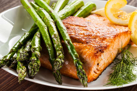 Grilled salmon and asparagus Stock Photo - 84055431