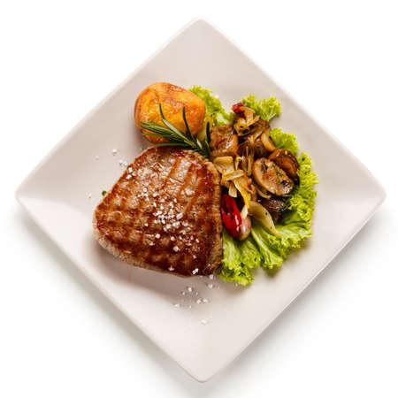 Beefsteak a la parrilla con champiñones Foto de archivo - 84653630
