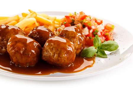 Albóndigas, papas fritas y verduras asadas Foto de archivo - 87651362