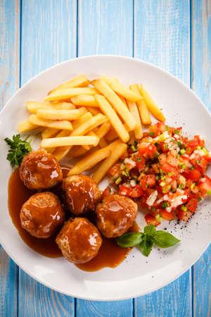 Asado albóndigas, papas fritas y verduras Foto de archivo - 91024867