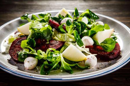Salad with beet, mozzarella and apple