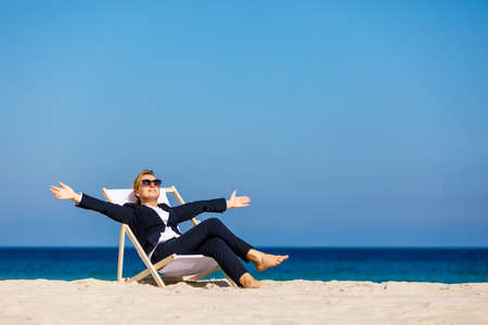 woman relaxing on beach 版權商用圖片