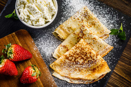 Crepes with strawberries and cream 免版税图像 - 100627701