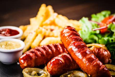 Salchichas a la plancha, patatas fritas y verduras