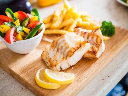 Plat de poisson - filet de poisson frit aux légumes Banque d'images