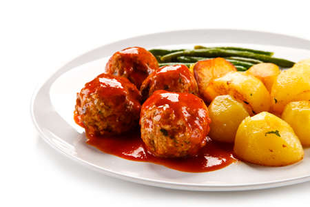 Roast meatballs with potatoes and green beans on white background Foto de archivo - 114759758