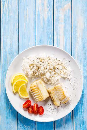 Poisson rôti avec riz blanc et légumes