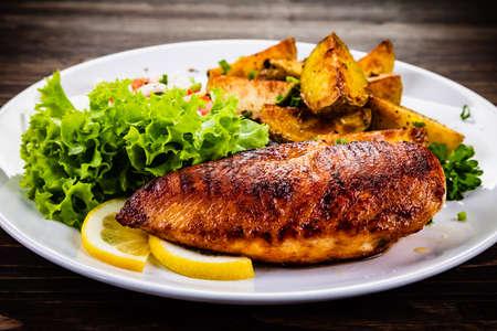 Filete de pollo a la parrilla y verduras Foto de archivo