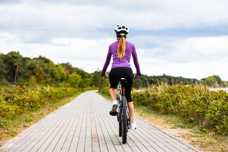 Mujer joven, ciclismo Foto de archivo