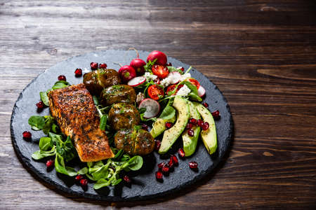 Grilled salmon, baked potatoes and vegetable salad Stok Fotoğraf - 130569162