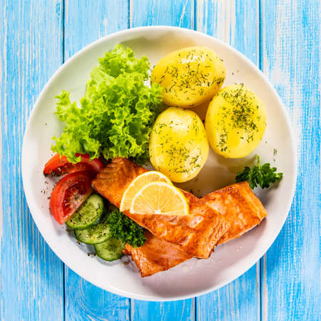 Grilled salmon with boiled potatoes and vegetable salad Stockfoto - 130119689