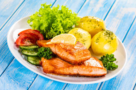 Grilled salmon with boiled potatoes and vegetable salad Stockfoto - 130119694
