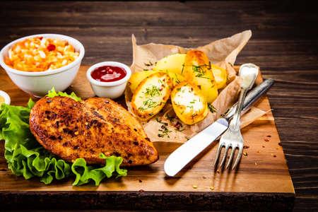 Filete de pollo a la plancha con patatas al horno y verduras