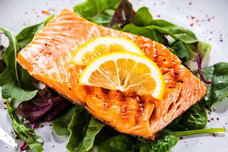 Grilled salmon with lettuce Reklamní fotografie