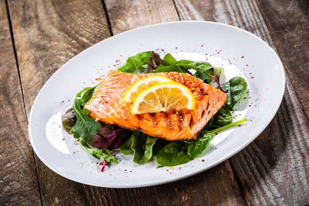 Grilled salmon with lettuce