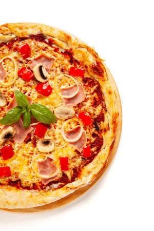 Draufsicht der Pizza mit Schinken auf weißem Hintergrund Standard-Bild
