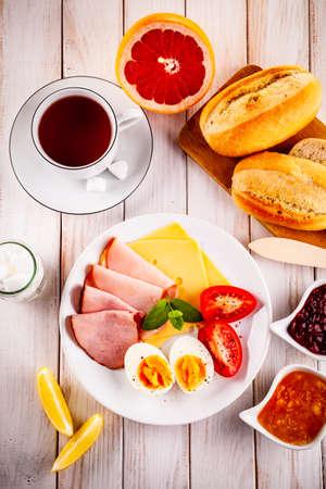 Desayuno continental en mesa de madera