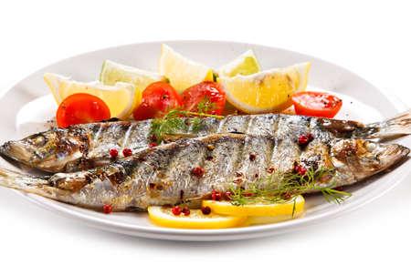Piatto di pesce - aringhe alla griglia con verdure