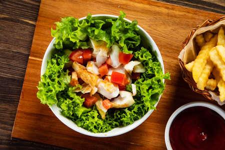 Gebratener Kabeljau und Gemüse mit Pommes frites