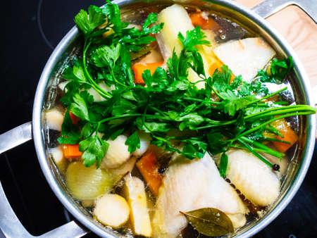Caldo - sopa de pollo hirviendo en una olla
