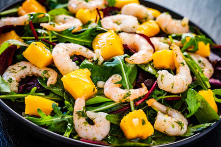Prawn salad with mango an rucola