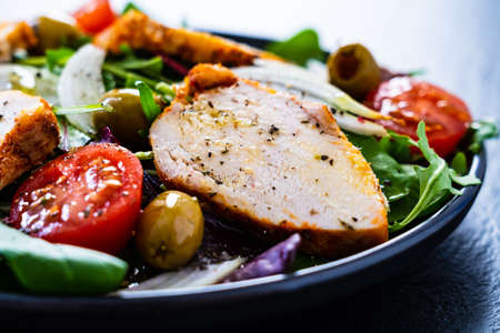 Salad with grilled chicken and vegetables