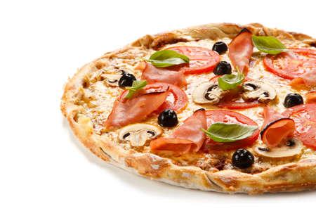 Pizza mit Schinken, Mozzarella, Champignon und Gemüse auf weißem Hintergrund