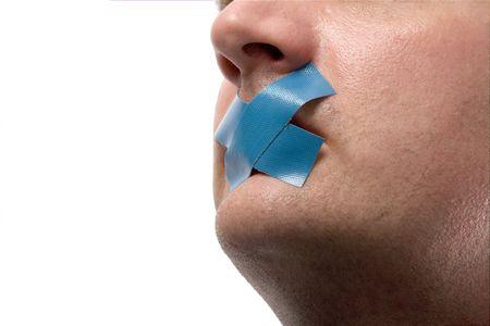 discreto: Censurado Hombre con cinta azul en su boca. Aislado en blanco.