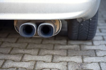 dual: Cars rear - double exhaust pipe.
