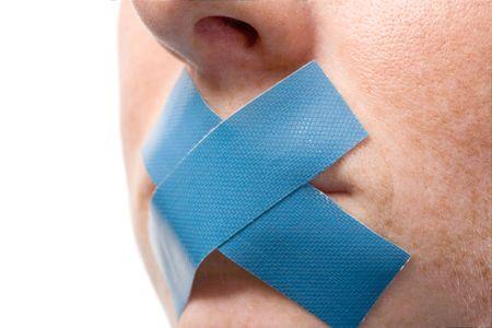 discreto: Censurado Mujer con cinta azul en la boca. Aislado en blanco.  Foto de archivo