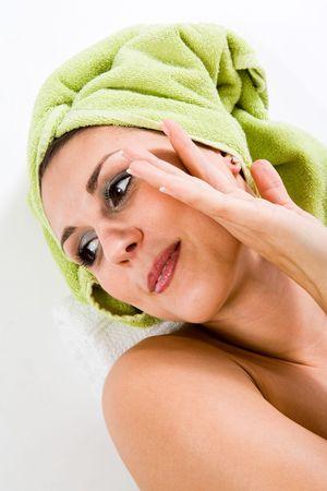 boca cerrada: Mujer con toalla en la cabeza sonriente ligero con la boca cerrada, mirando a otro lado, la suave pendiente.