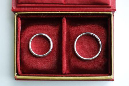 anillos boda: Caja roja con dos anillos de boda - vista desde arriba