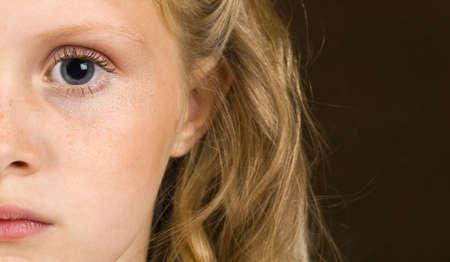 petite fille triste: Jeune fille s�rieuse � la recherche