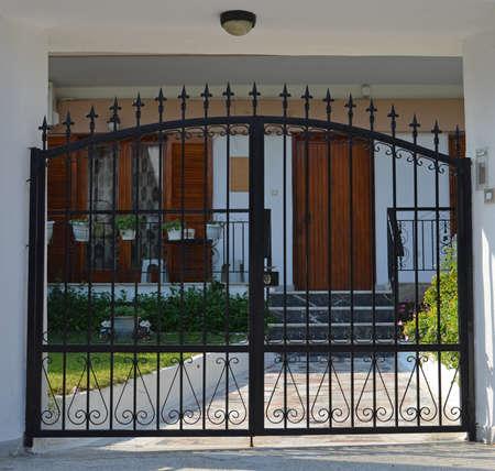 rejas de hierro: puerta de metal Foto de archivo
