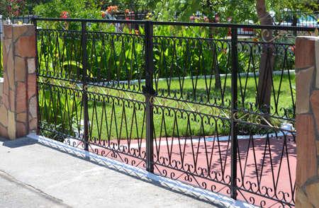 個人の家の金属ゲート