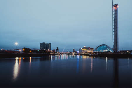 Night view of the river Clyde and Clyde Arc, Glasgow, Scotland Stock fotó