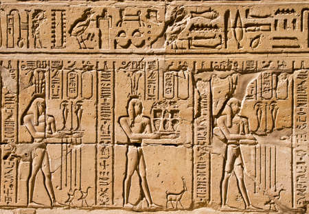 Closeup on ancient hieroglyphs in egyptian temple Imagens