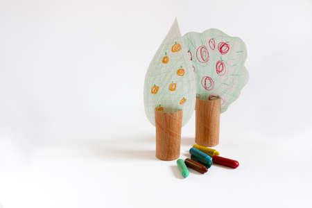 plan éloigné: Brainchild arbres peints avec des crayons long shot