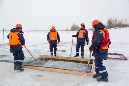 Working rafters prepare ice blocks in the lane for further shipment