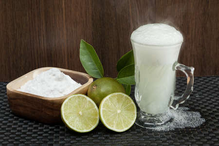 Baking soda - sodium bicarbonate, hot water and lemon. Standard-Bild